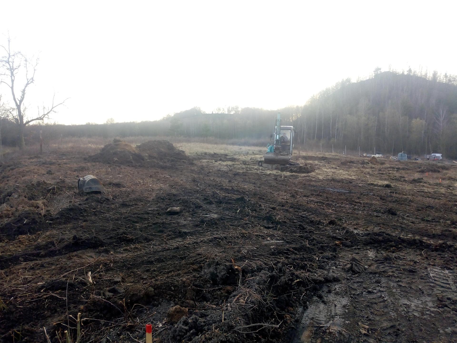 Příprava pozemku, bednění, základy, opěrka, bouda, plot - Obrázek č. 70