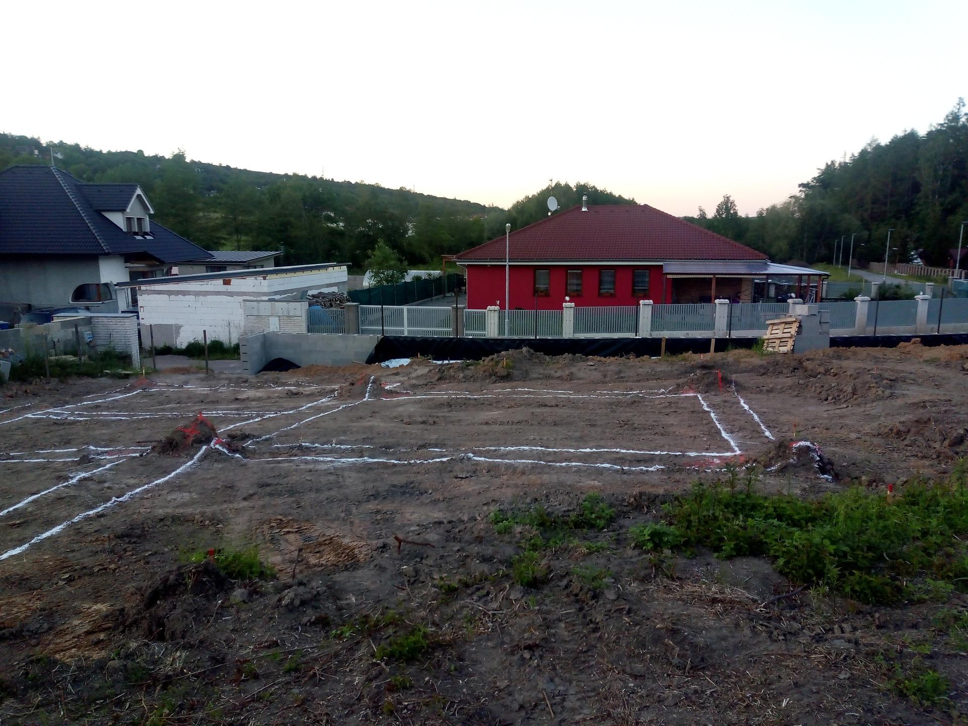 Příprava pozemku, bednění, základy, opěrka, bouda, plot - Obrázek č. 61