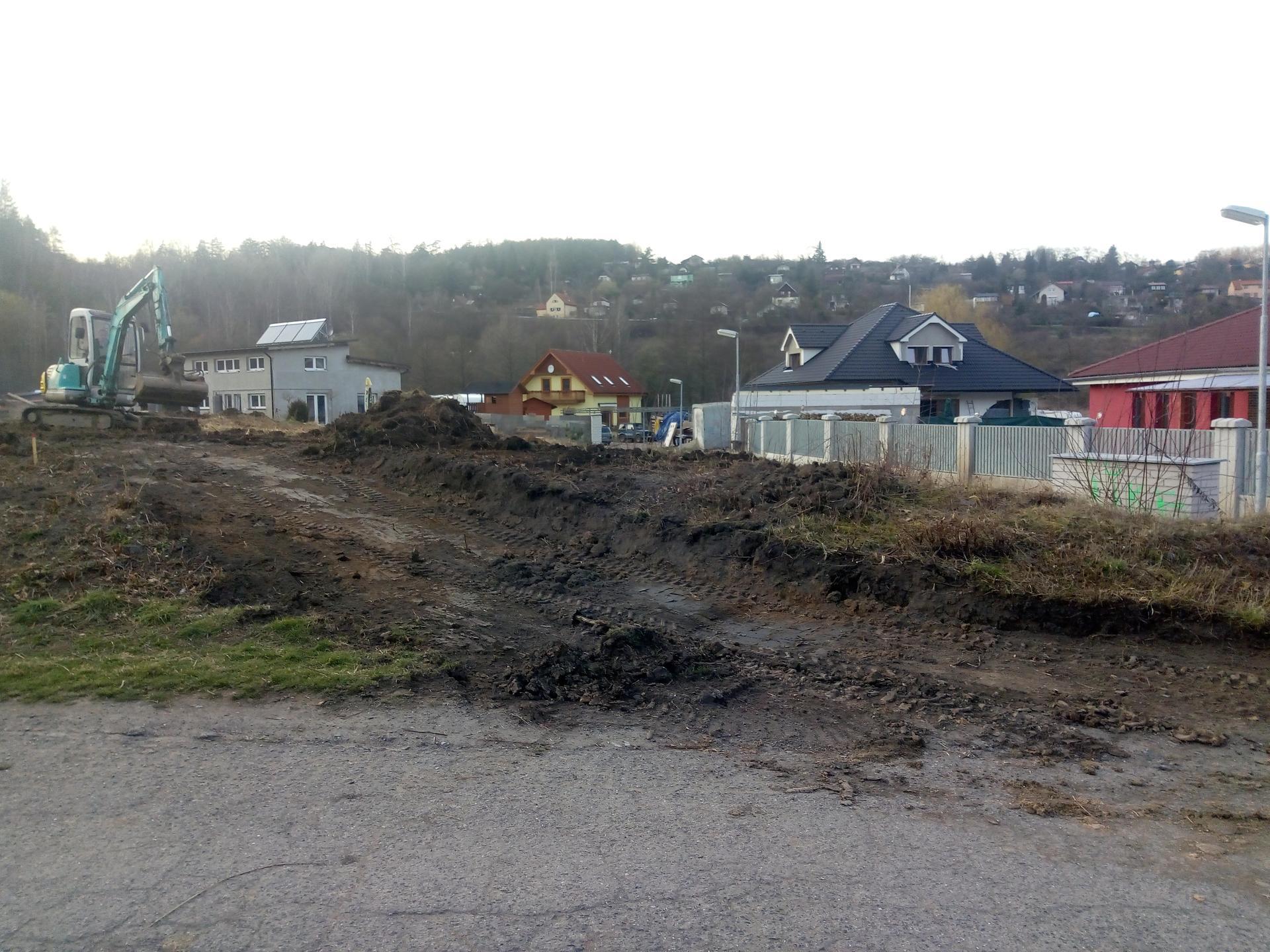 Příprava pozemku, bednění, základy, opěrka, bouda, plot - Obrázek č. 72