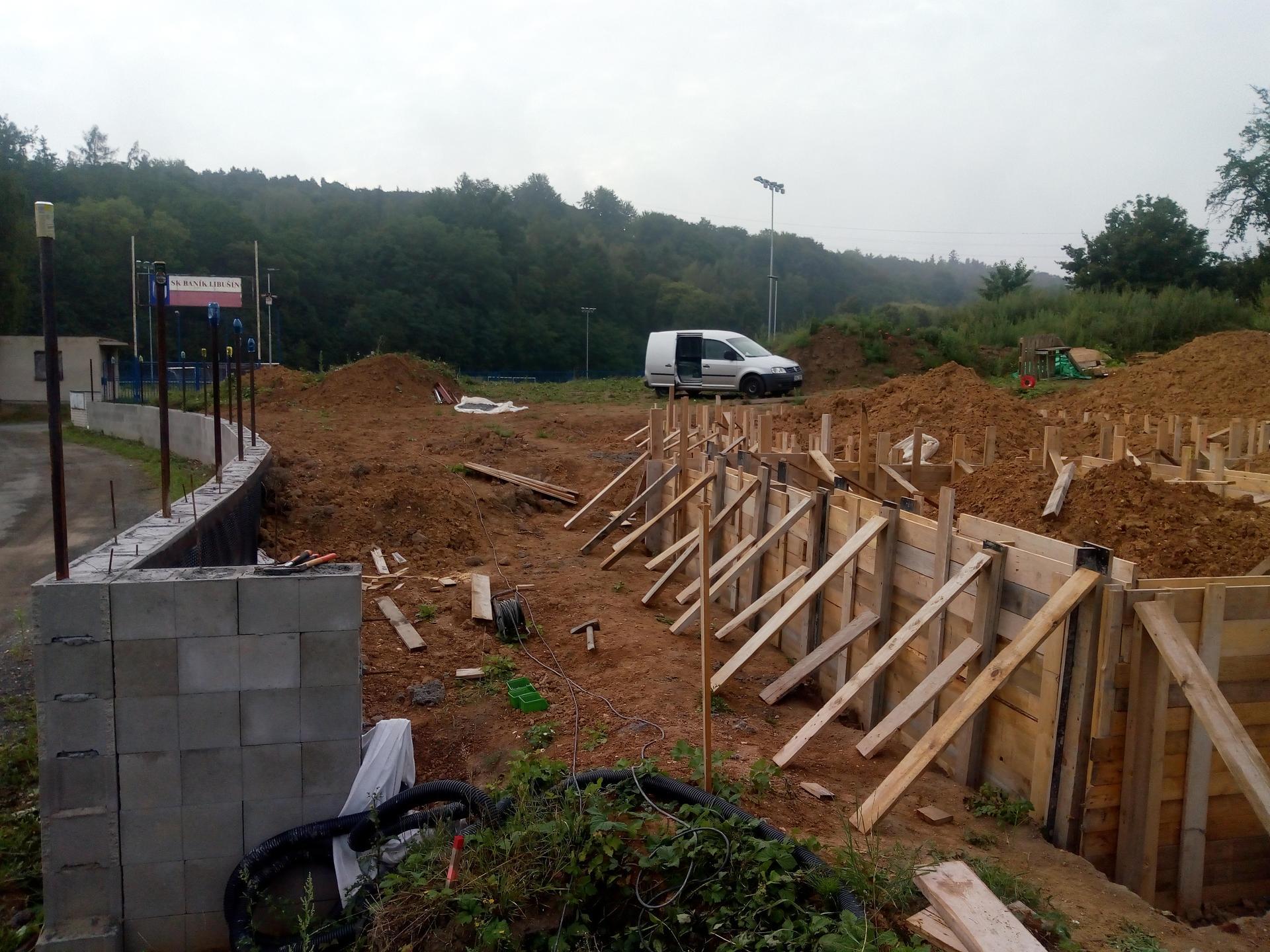 Příprava pozemku, bednění, základy, opěrka, bouda, plot - Obrázek č. 3