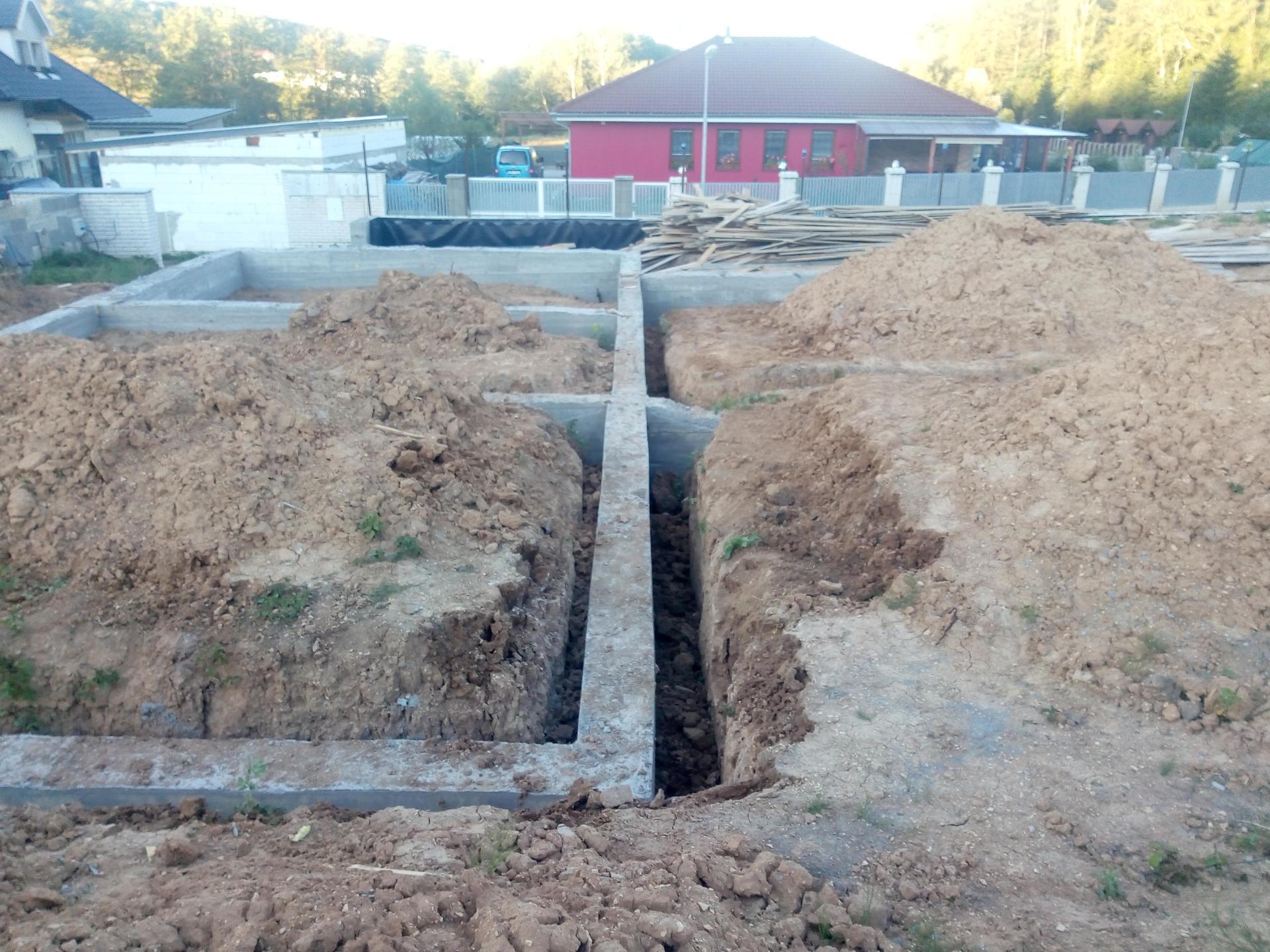 Příprava pozemku, bednění, základy, opěrka, bouda, plot - Obrázek č. 56