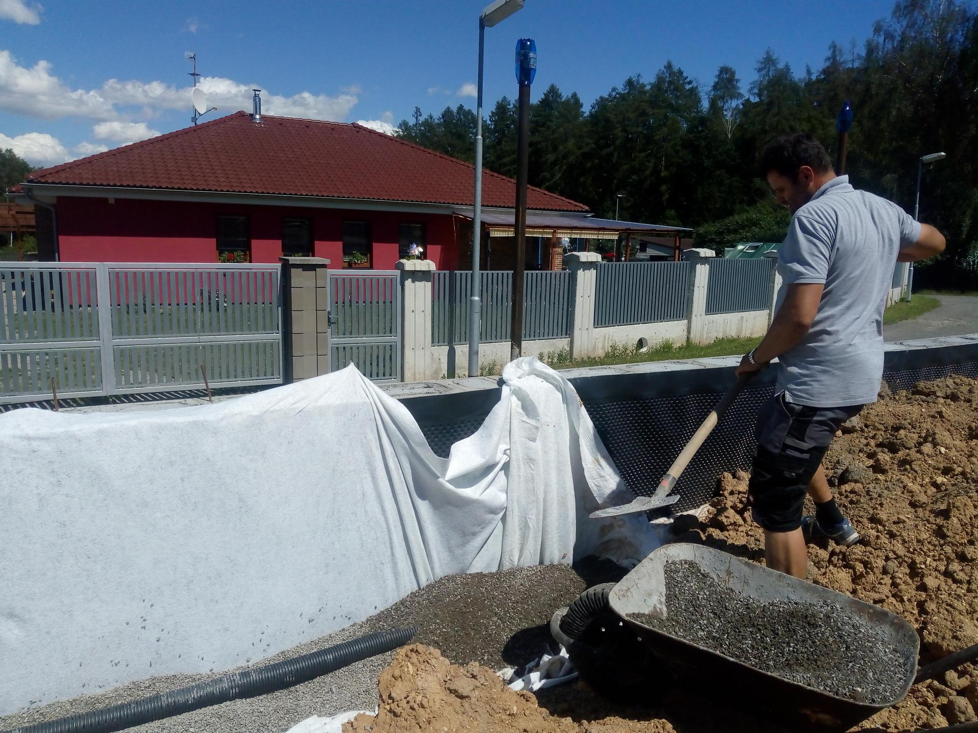 Příprava pozemku, bednění, základy, opěrka, bouda, plot - Obrázek č. 9