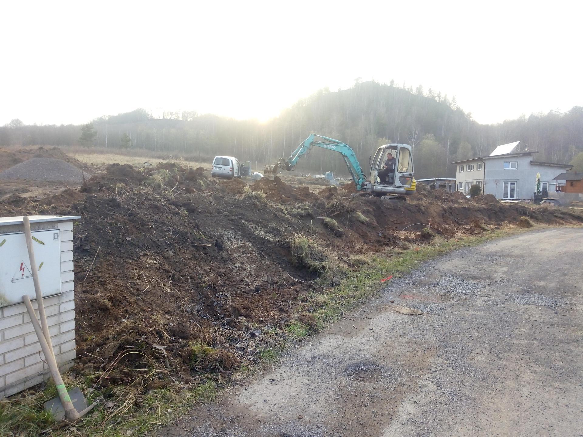 Příprava pozemku, bednění, základy, opěrka, bouda, plot - Obrázek č. 73