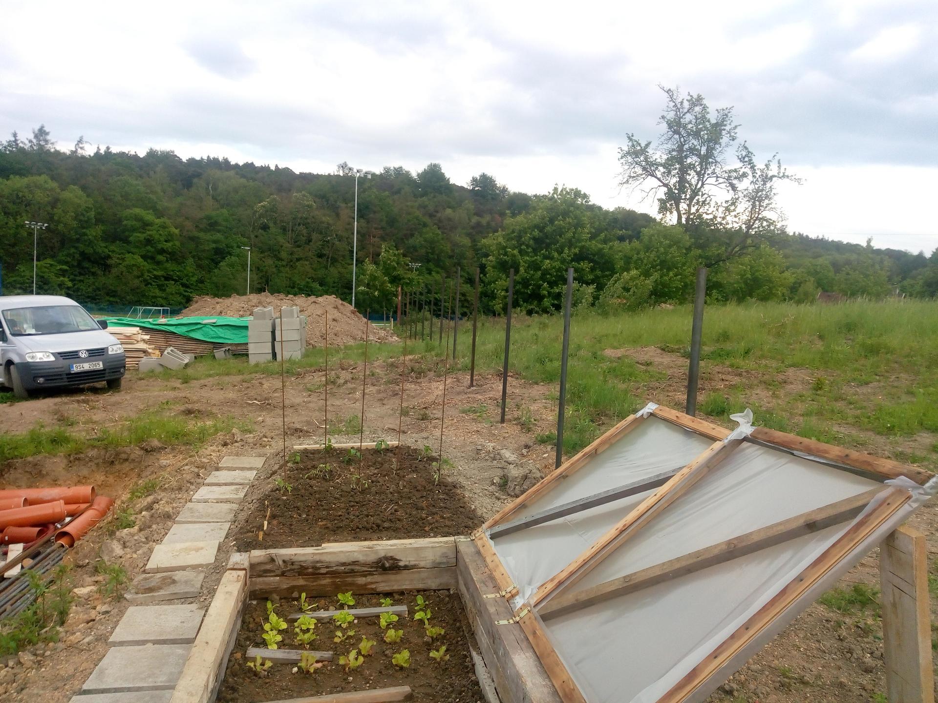 Příprava pozemku, bednění, základy, opěrka, bouda, plot - Obrázek č. 55