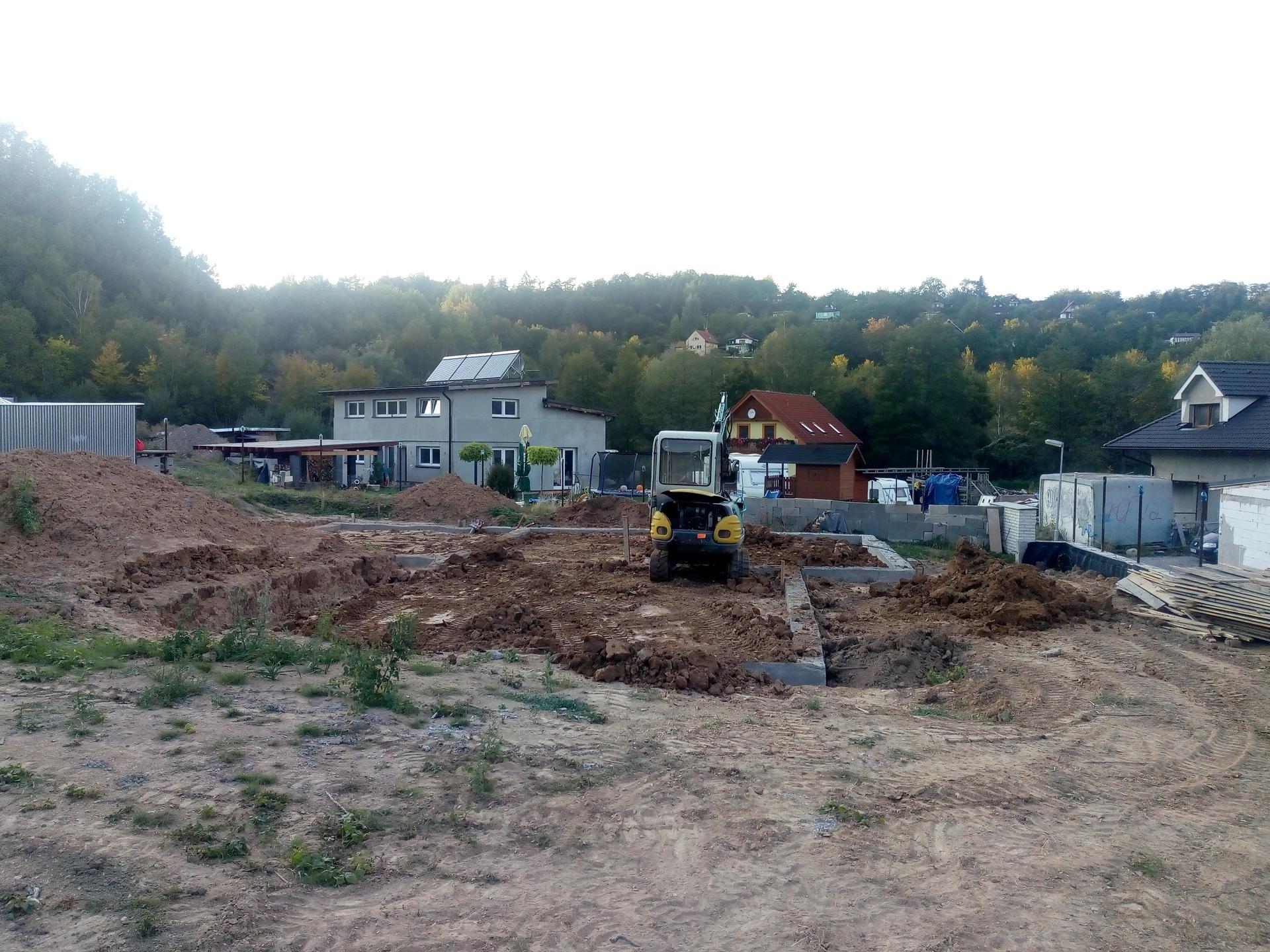 Příprava pozemku, bednění, základy, opěrka, bouda, plot - Obrázek č. 71