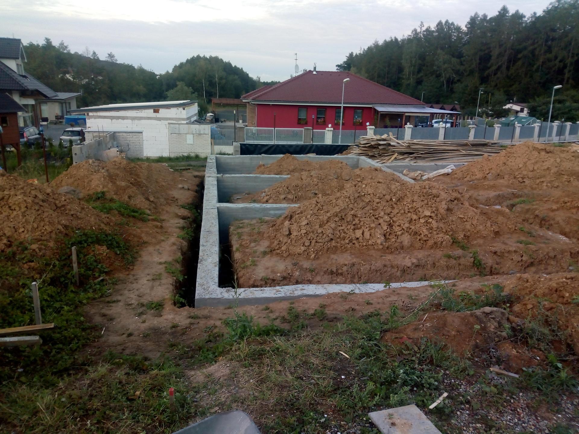Příprava pozemku, bednění, základy, opěrka, bouda, plot - Obrázek č. 33