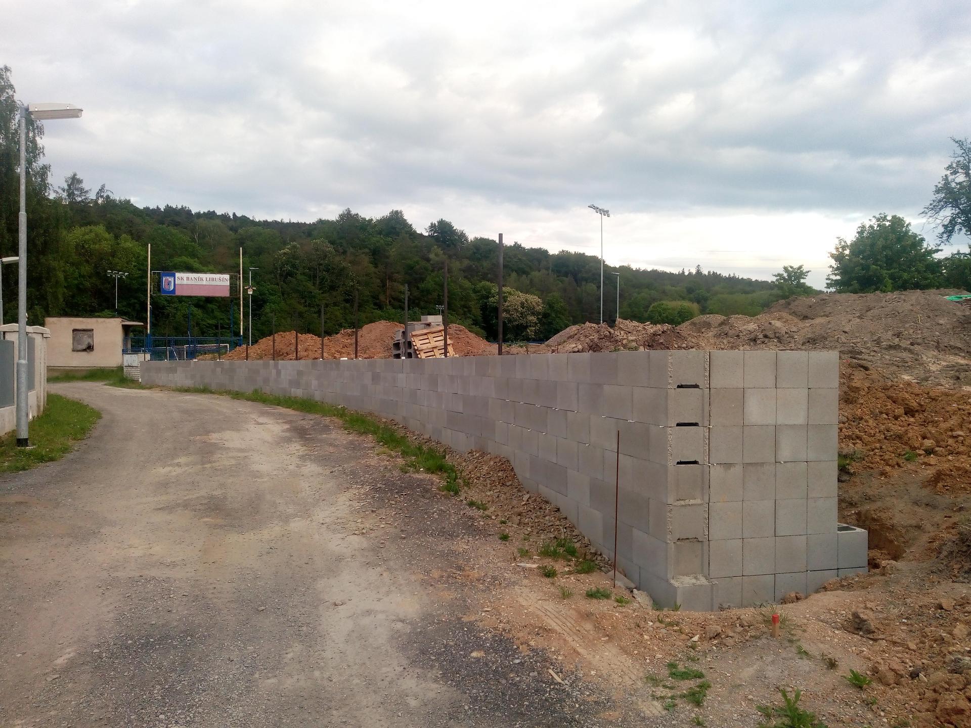 Příprava pozemku, bednění, základy, opěrka, bouda, plot - Obrázek č. 4