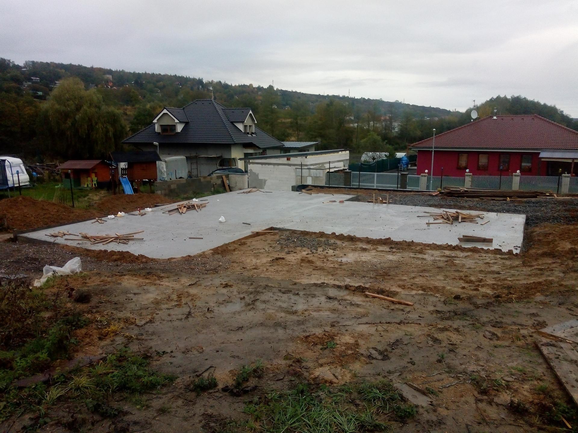 Příprava pozemku, bednění, základy, opěrka, bouda, plot - Obrázek č. 12