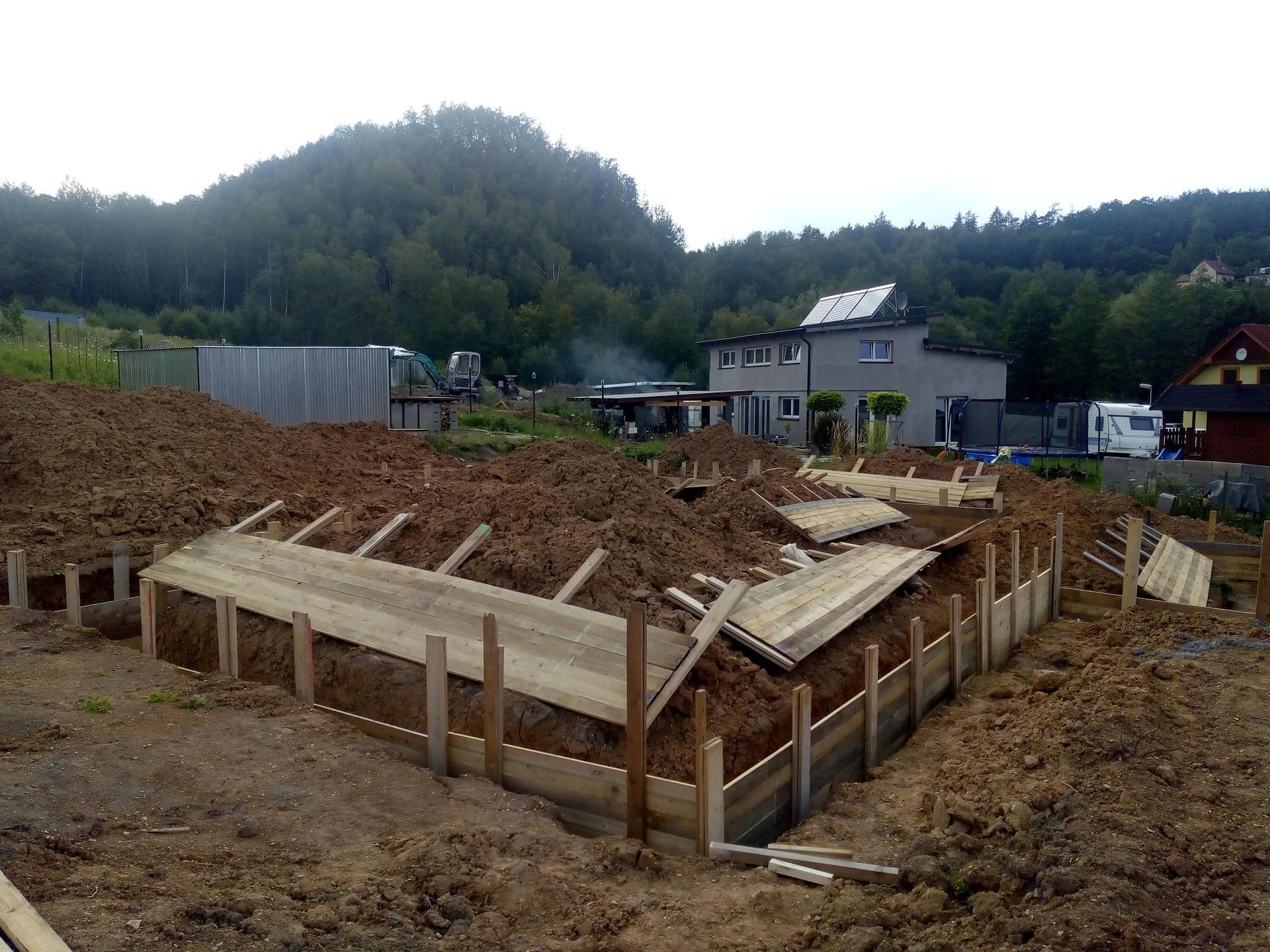 Příprava pozemku, bednění, základy, opěrka, bouda, plot - Obrázek č. 47