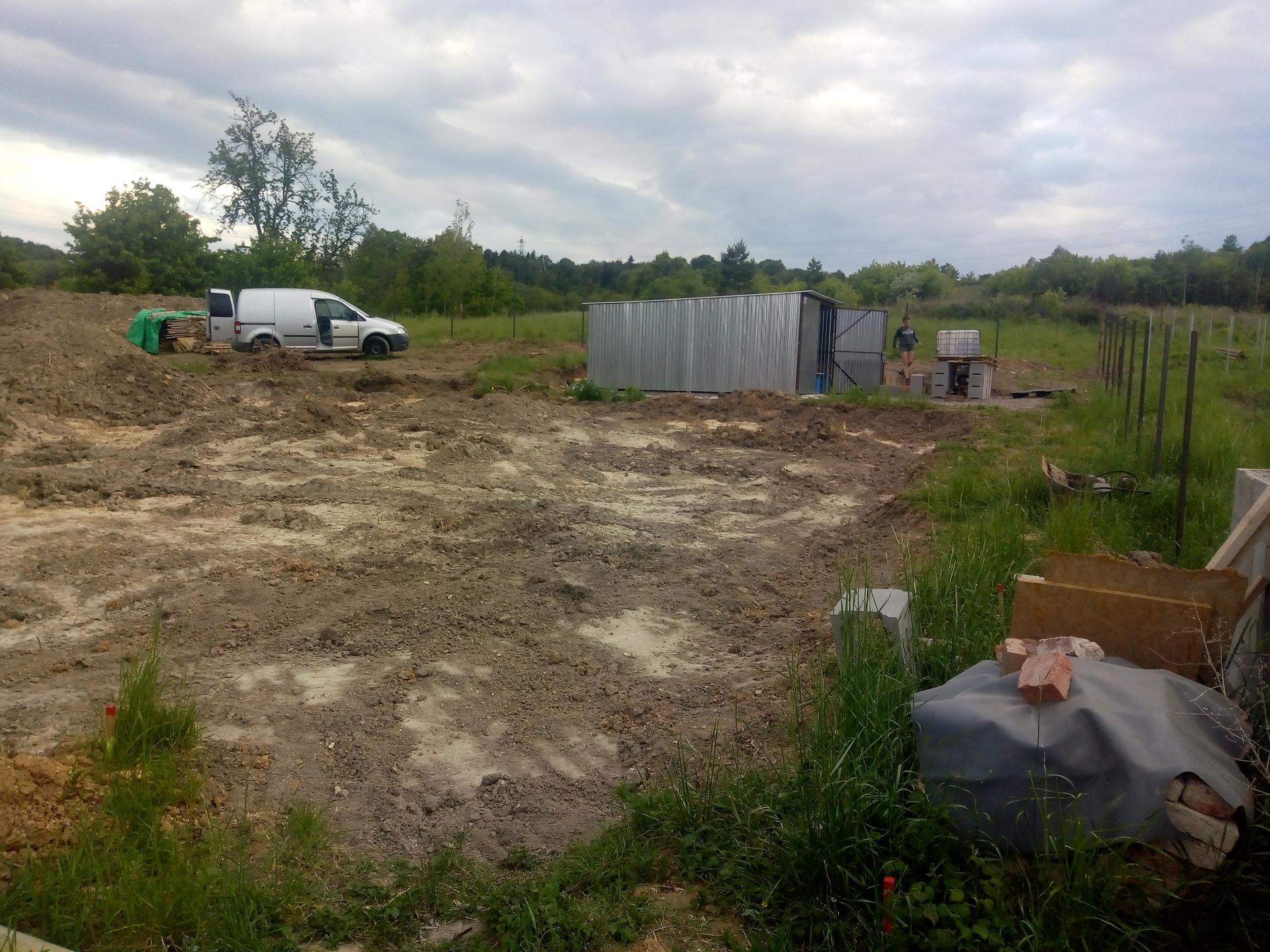 Příprava pozemku, bednění, základy, opěrka, bouda, plot - Obrázek č. 20