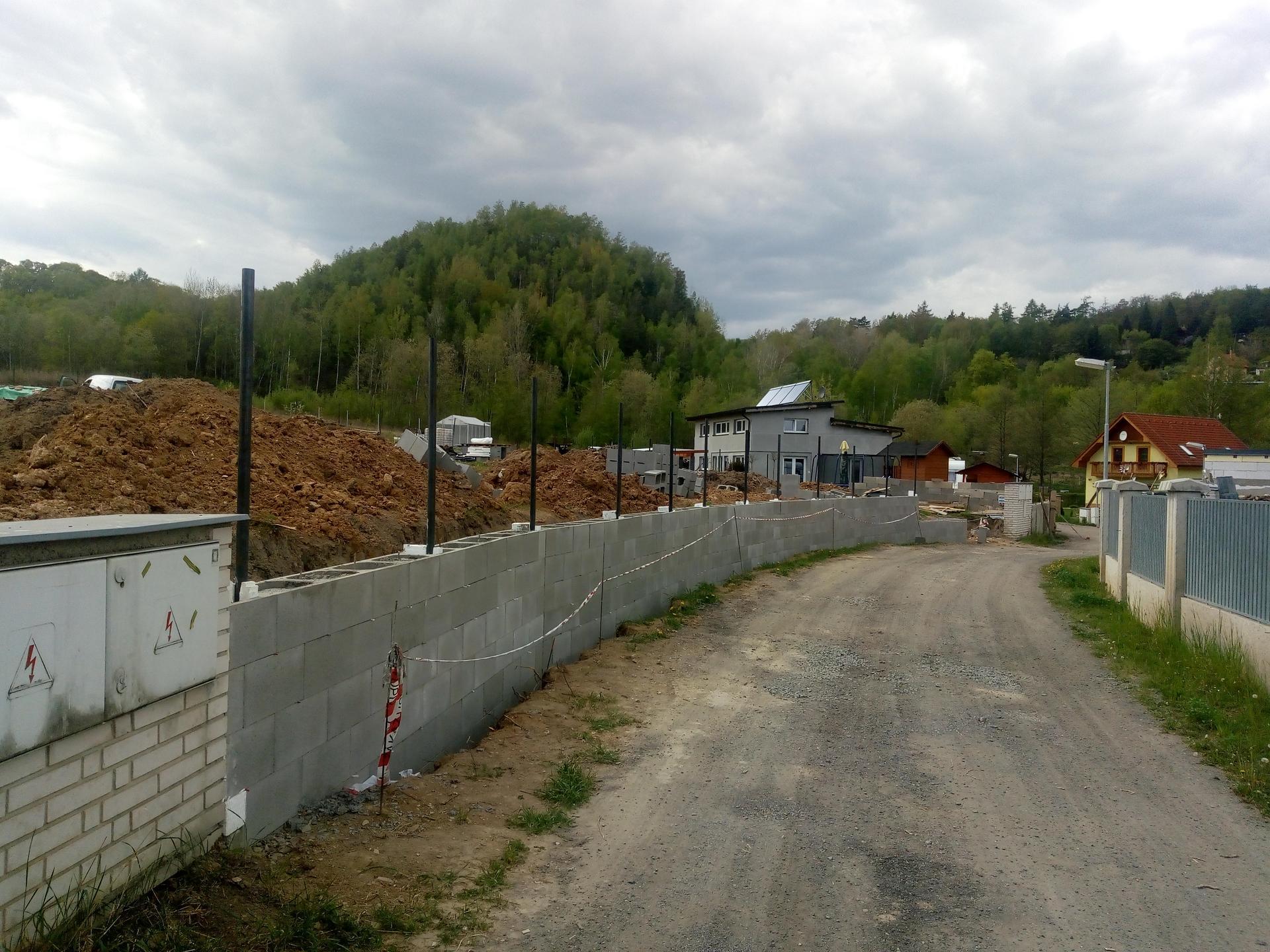 Příprava pozemku, bednění, základy, opěrka, bouda, plot - Obrázek č. 25