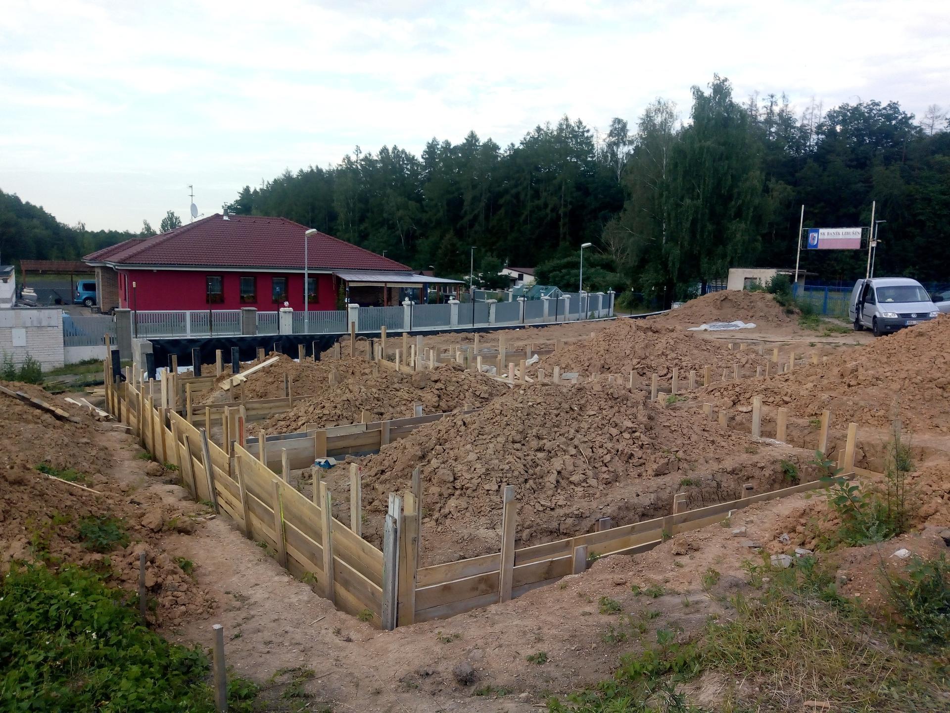 Příprava pozemku, bednění, základy, opěrka, bouda, plot - Obrázek č. 67