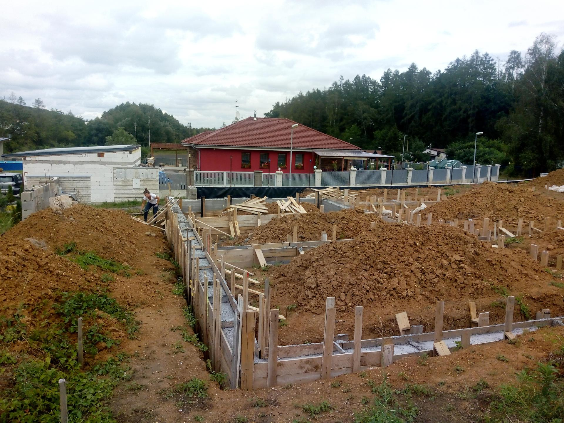 Příprava pozemku, bednění, základy, opěrka, bouda, plot - Obrázek č. 13
