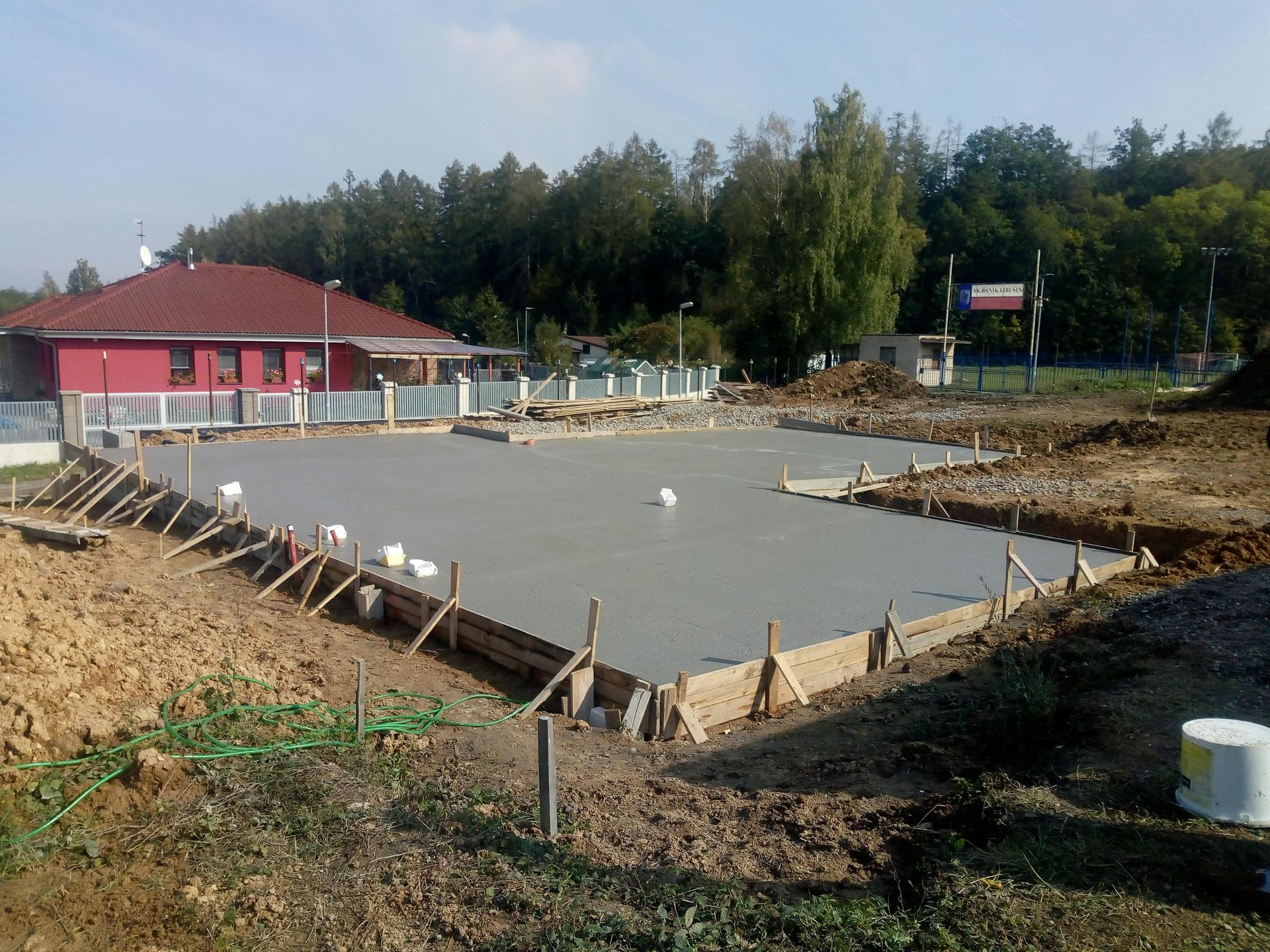 Příprava pozemku, bednění, základy, opěrka, bouda, plot - Obrázek č. 27