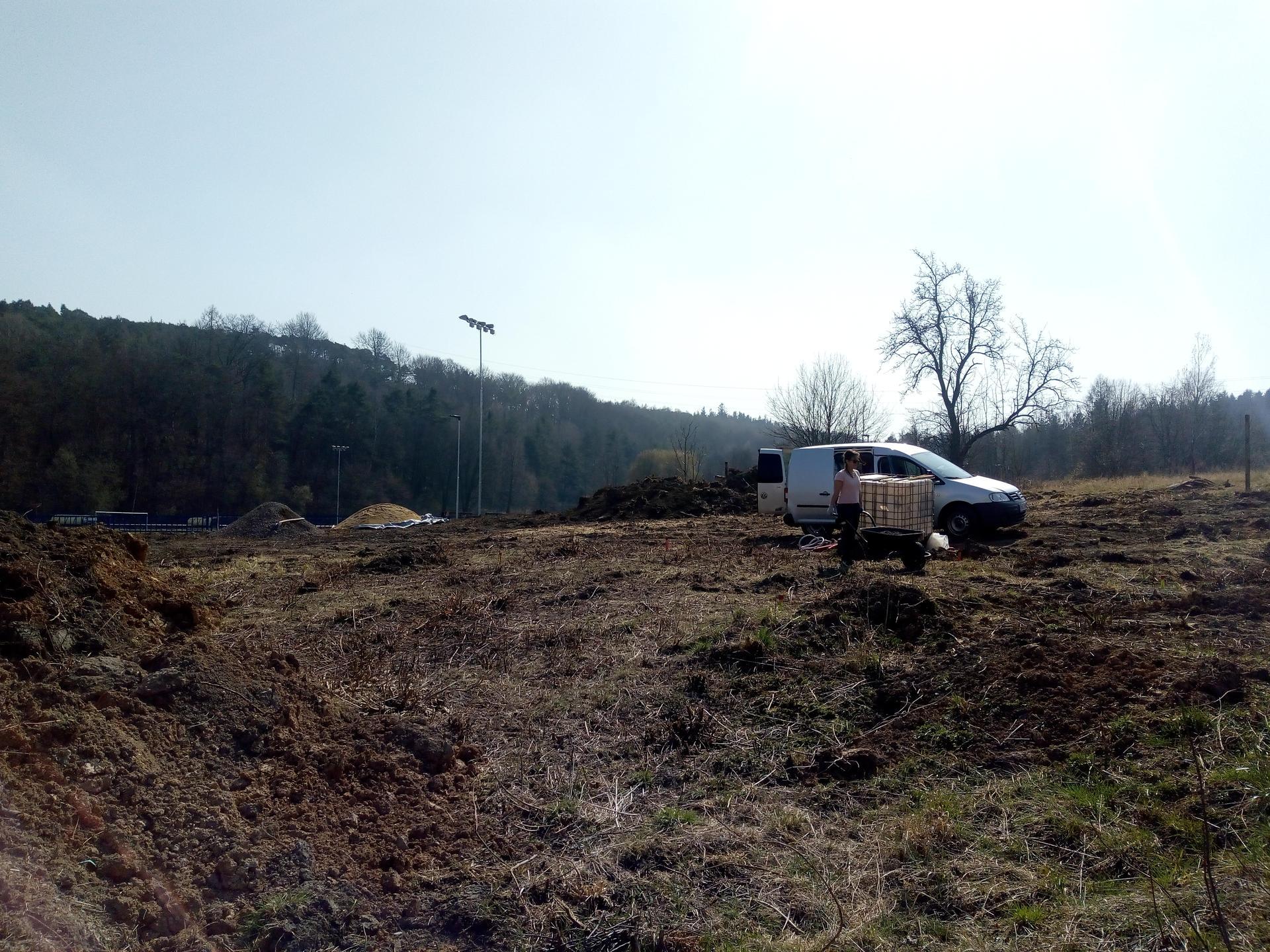 Příprava pozemku, bednění, základy, opěrka, bouda, plot - Obrázek č. 31