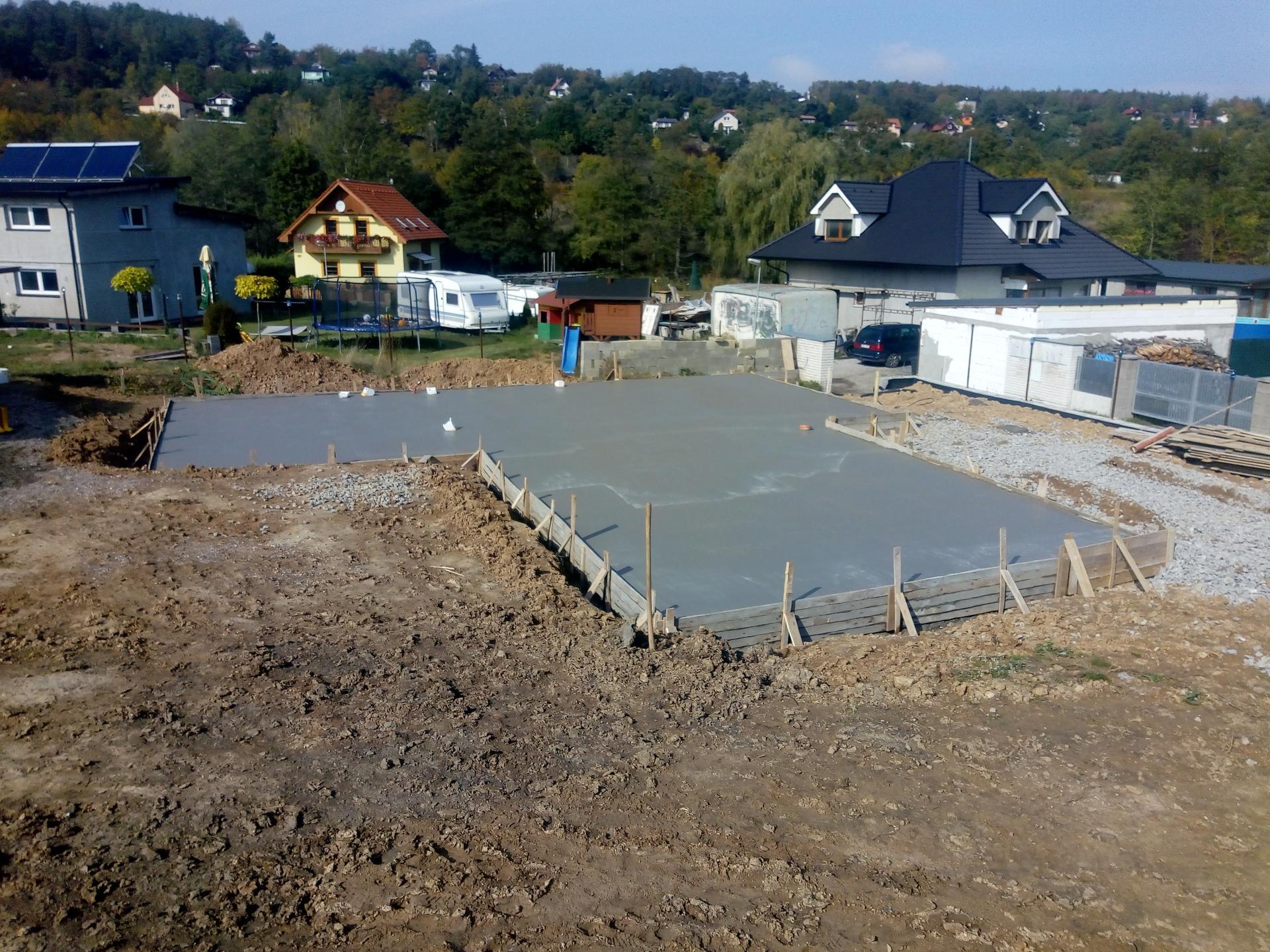 Příprava pozemku, bednění, základy, opěrka, bouda, plot - Obrázek č. 38