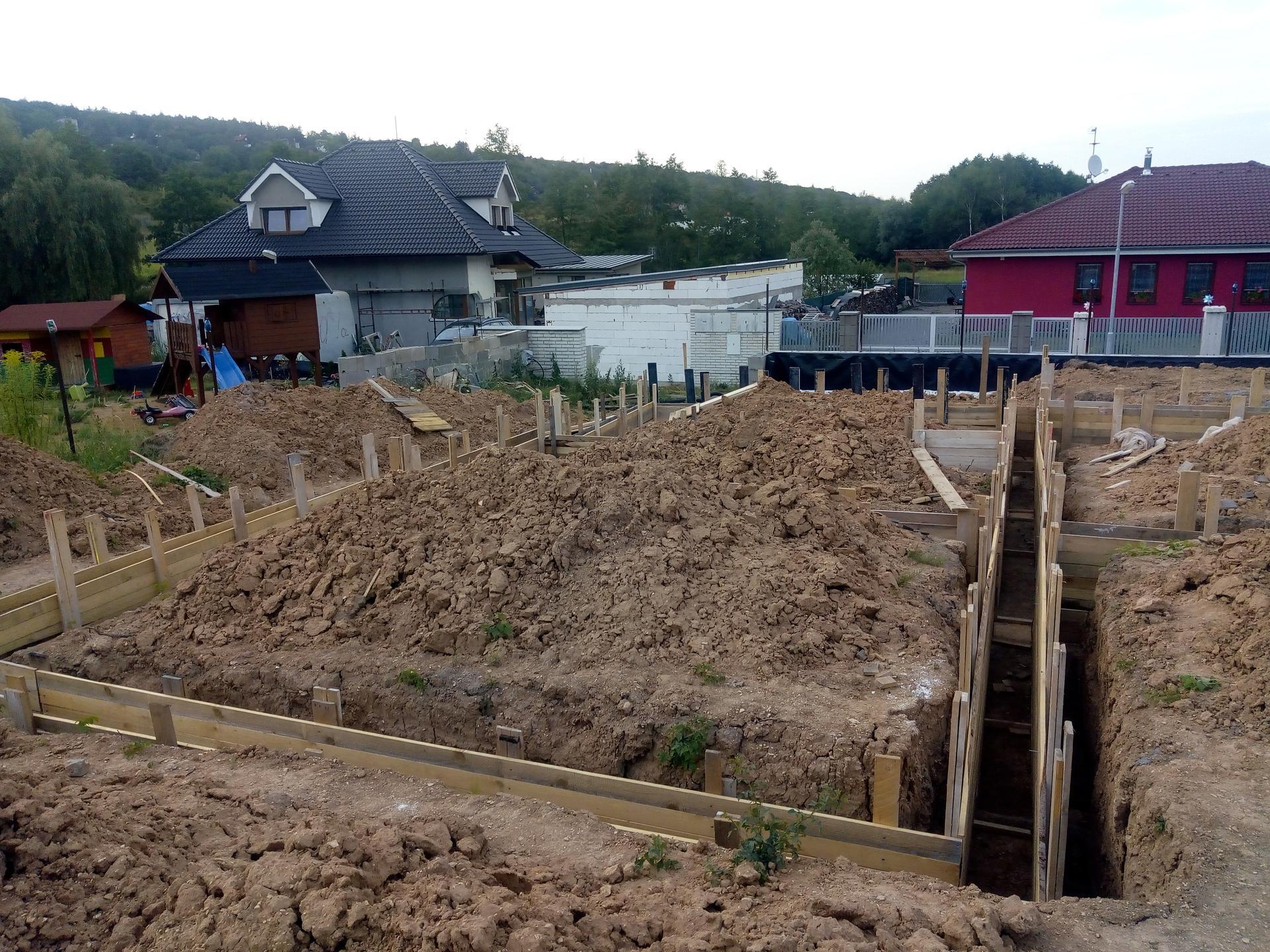 Příprava pozemku, bednění, základy, opěrka, bouda, plot - Obrázek č. 52