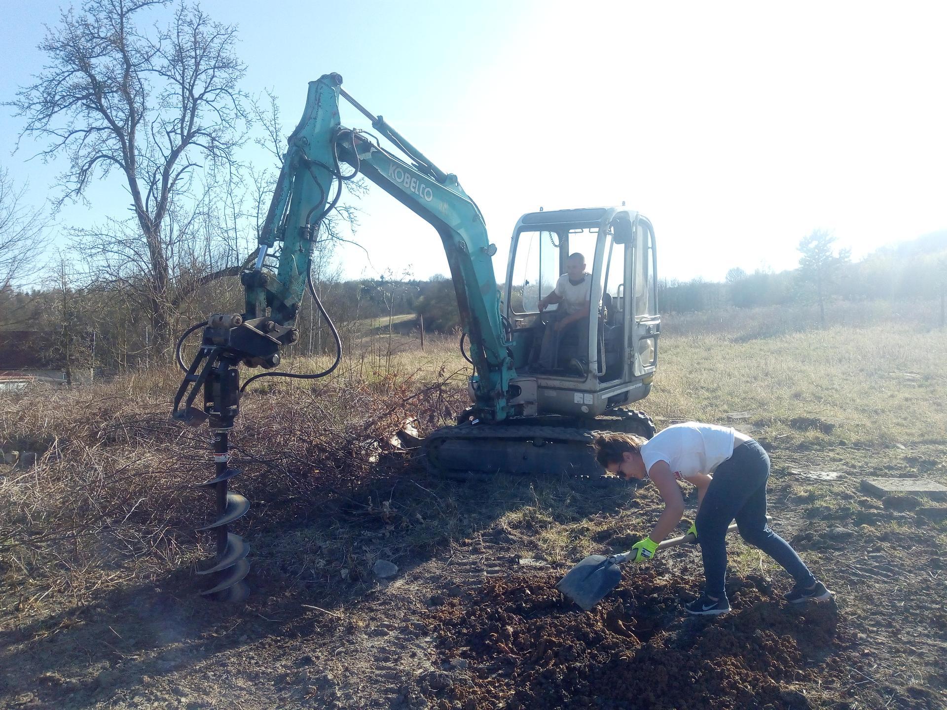 Příprava pozemku, bednění, základy, opěrka, bouda, plot - Obrázek č. 48