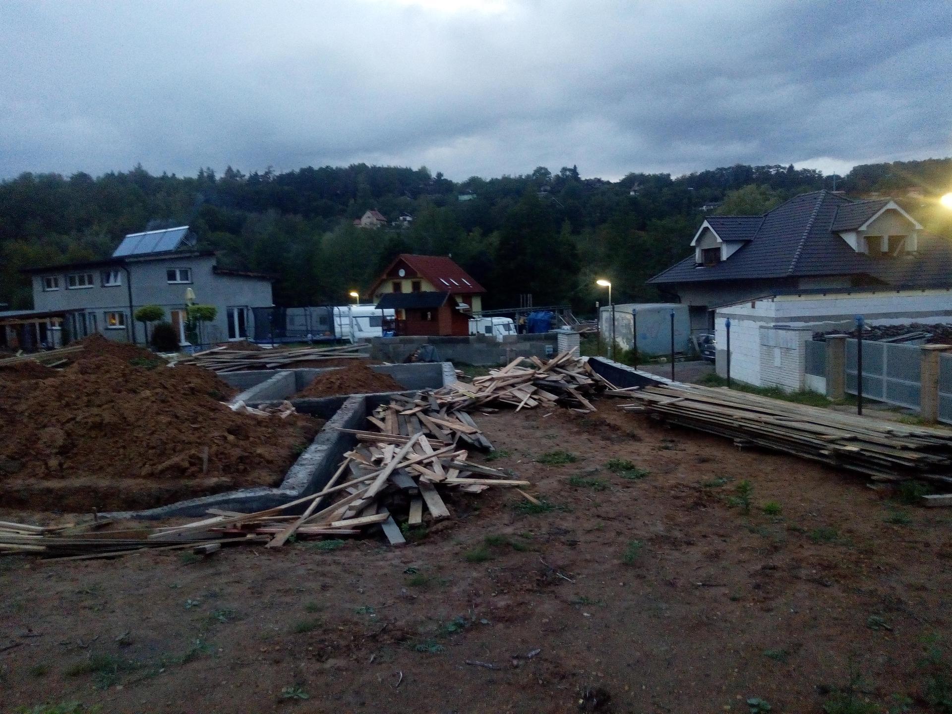 Příprava pozemku, bednění, základy, opěrka, bouda, plot - Obrázek č. 44