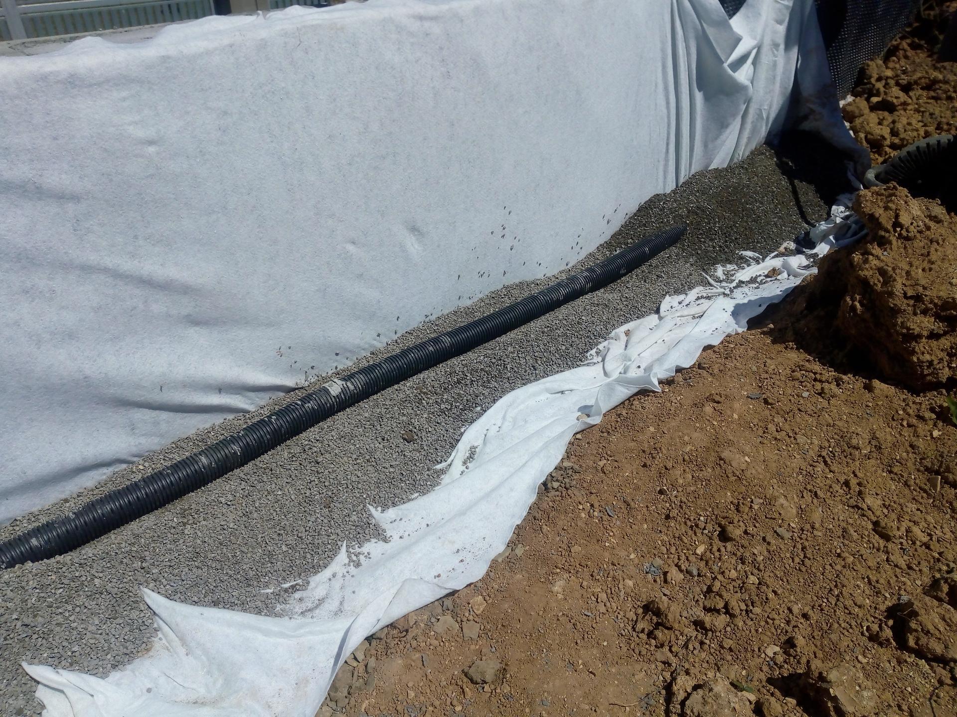 Příprava pozemku, bednění, základy, opěrka, bouda, plot - Obrázek č. 22
