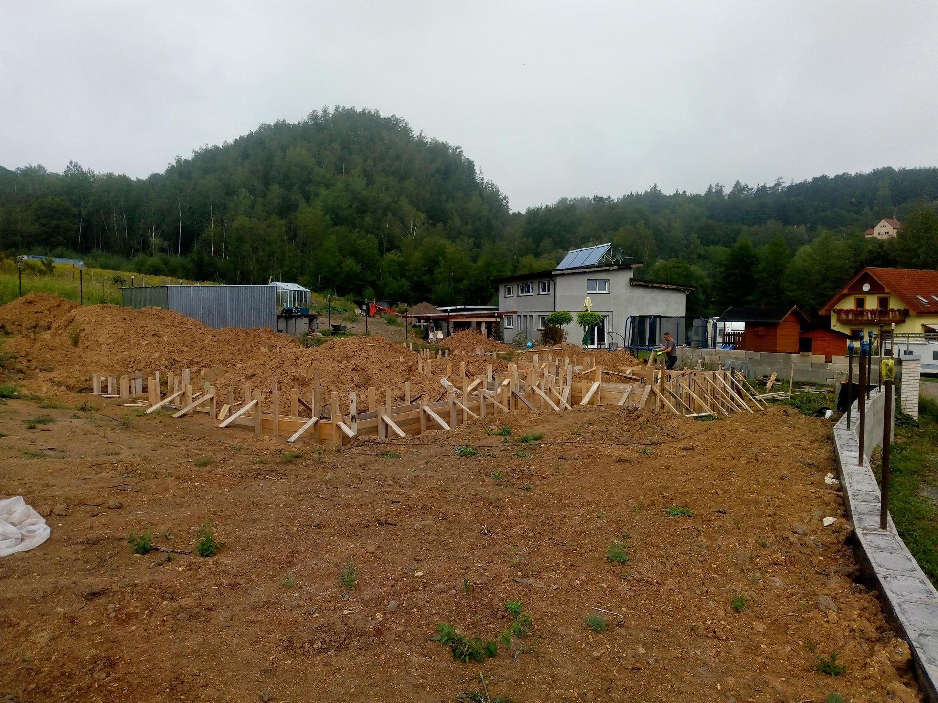 Příprava pozemku, bednění, základy, opěrka, bouda, plot - Obrázek č. 30