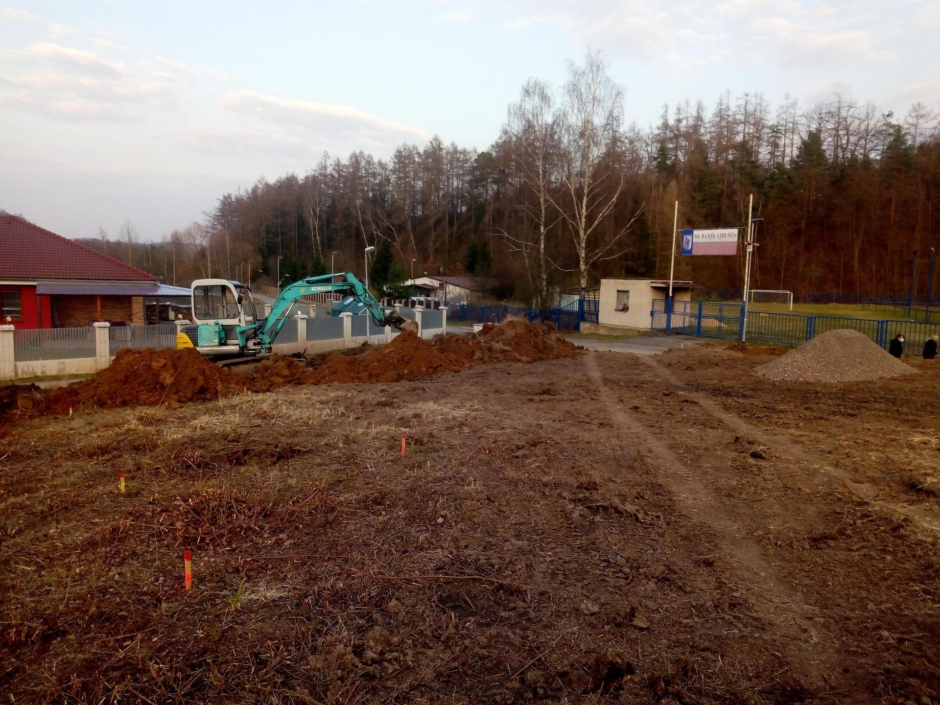 Příprava pozemku, bednění, základy, opěrka, bouda, plot - Obrázek č. 69