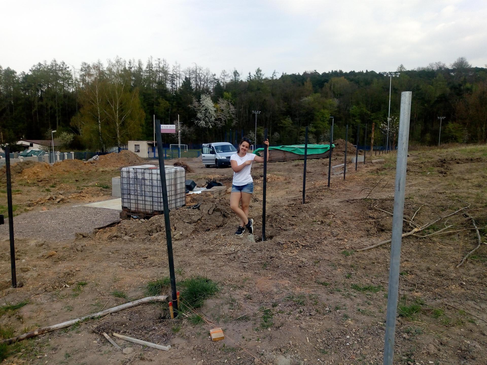 Příprava pozemku, bednění, základy, opěrka, bouda, plot - Obrázek č. 6