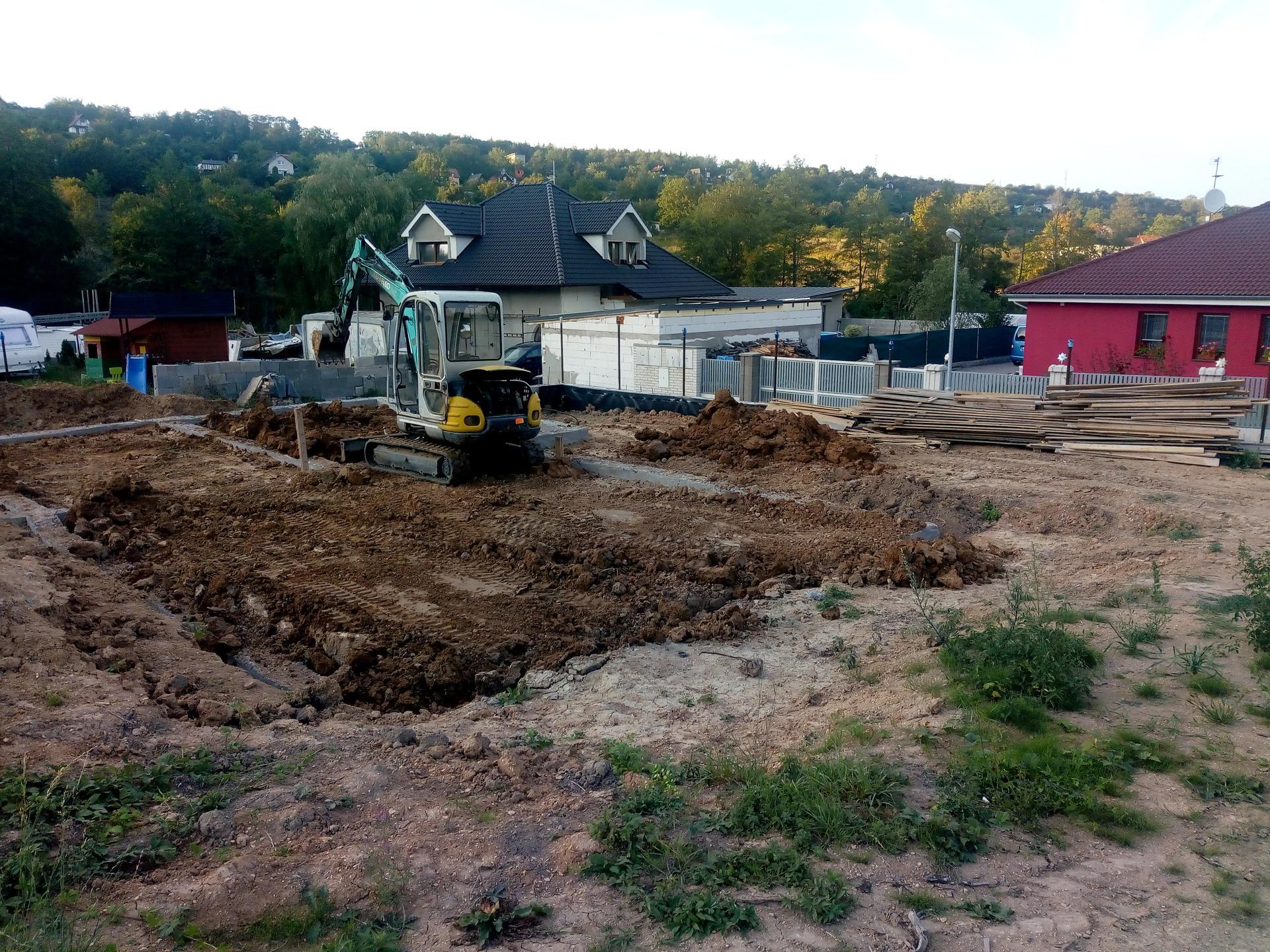 Příprava pozemku, bednění, základy, opěrka, bouda, plot - Obrázek č. 2