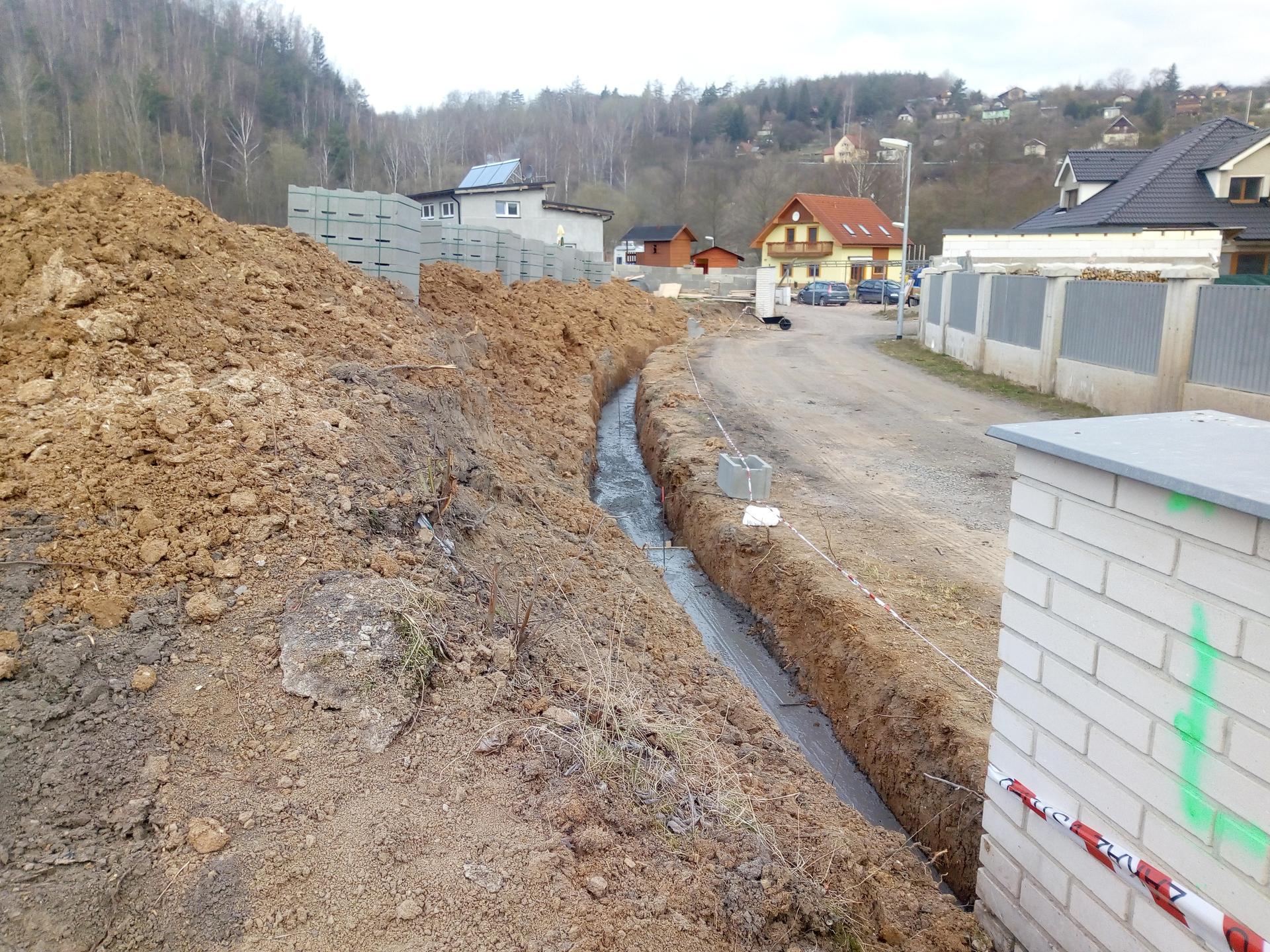 Příprava pozemku, bednění, základy, opěrka, bouda, plot - Obrázek č. 59