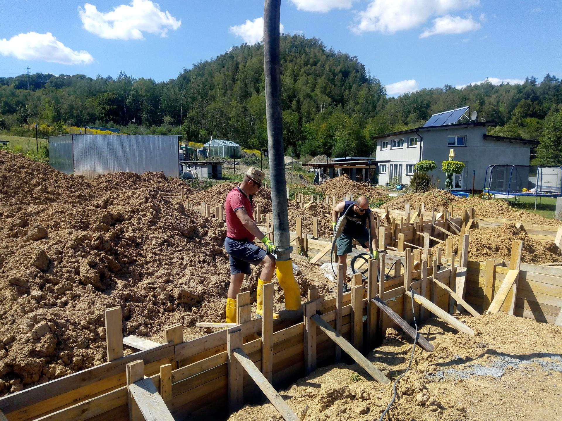 Příprava pozemku, bednění, základy, opěrka, bouda, plot - Obrázek č. 11