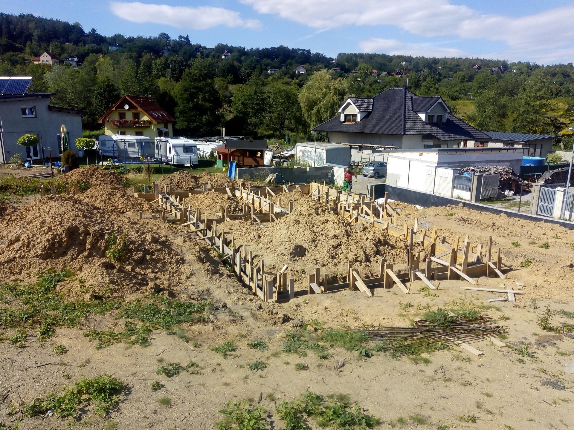 Příprava pozemku, bednění, základy, opěrka, bouda, plot - Obrázek č. 40