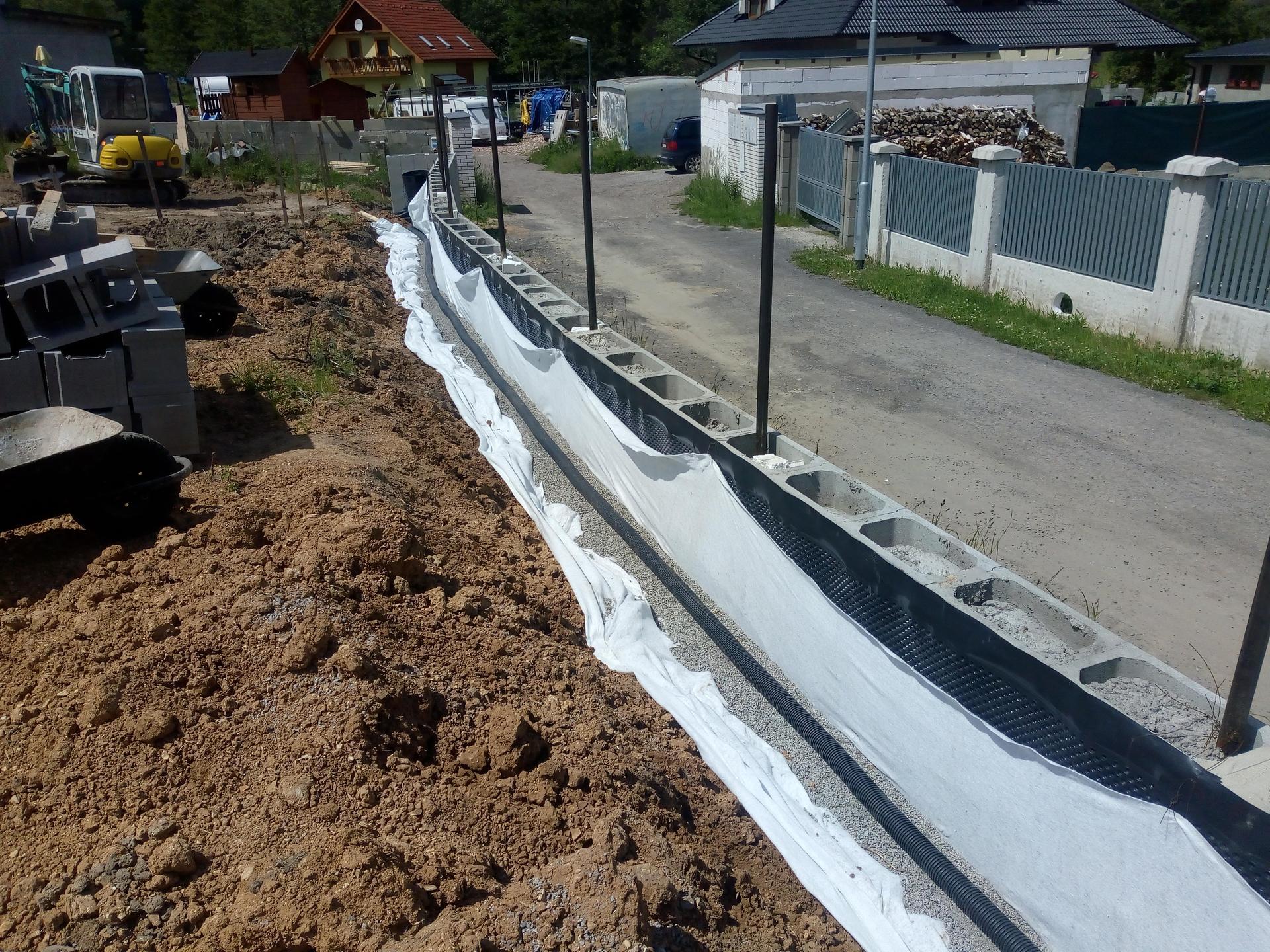 Příprava pozemku, bednění, základy, opěrka, bouda, plot - Obrázek č. 60