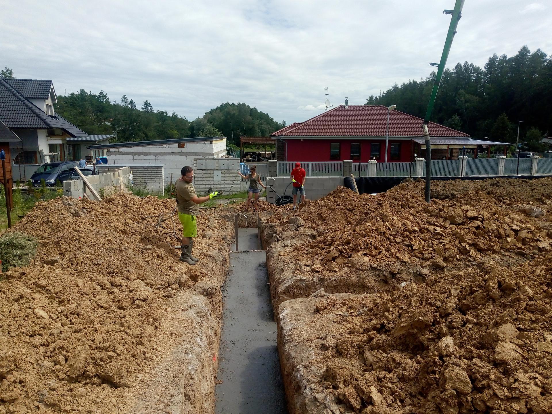 Příprava pozemku, bednění, základy, opěrka, bouda, plot - Obrázek č. 5