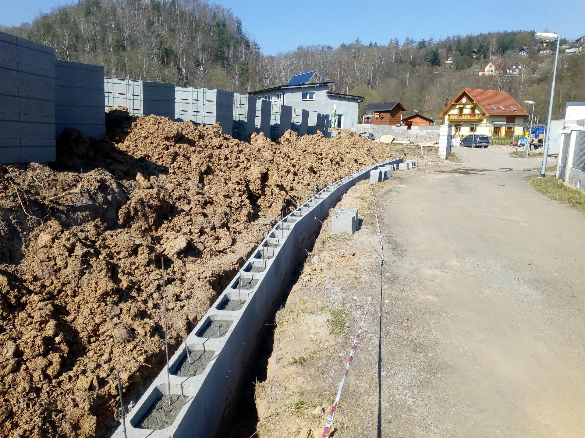 Příprava pozemku, bednění, základy, opěrka, bouda, plot - Obrázek č. 37