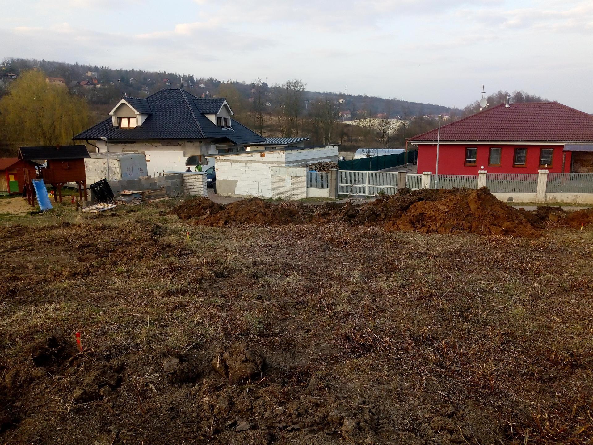 Příprava pozemku, bednění, základy, opěrka, bouda, plot - Obrázek č. 17