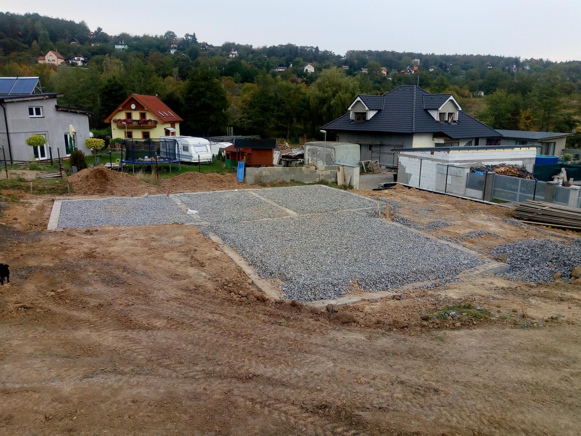 Příprava pozemku, bednění, základy, opěrka, bouda, plot - Obrázek č. 21