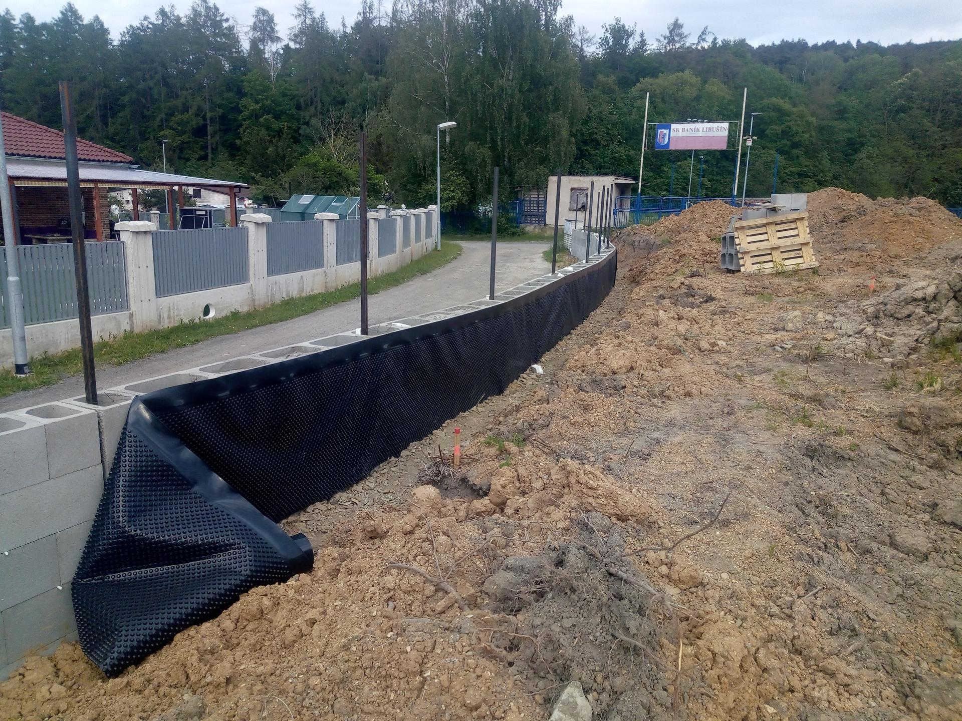 Příprava pozemku, bednění, základy, opěrka, bouda, plot - Obrázek č. 39