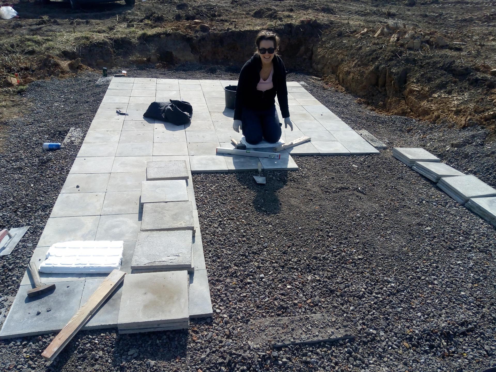 Příprava pozemku, bednění, základy, opěrka, bouda, plot - Obrázek č. 35