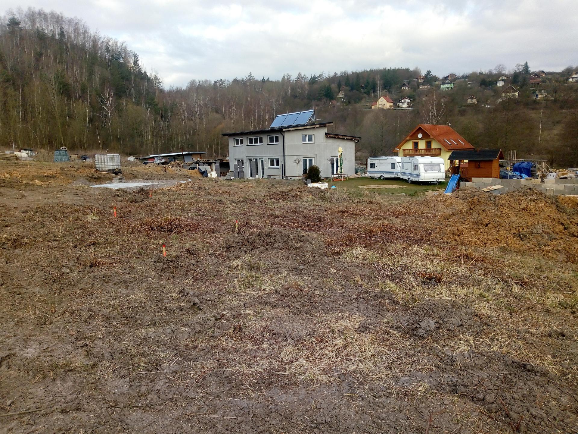 Příprava pozemku, bednění, základy, opěrka, bouda, plot - Obrázek č. 42