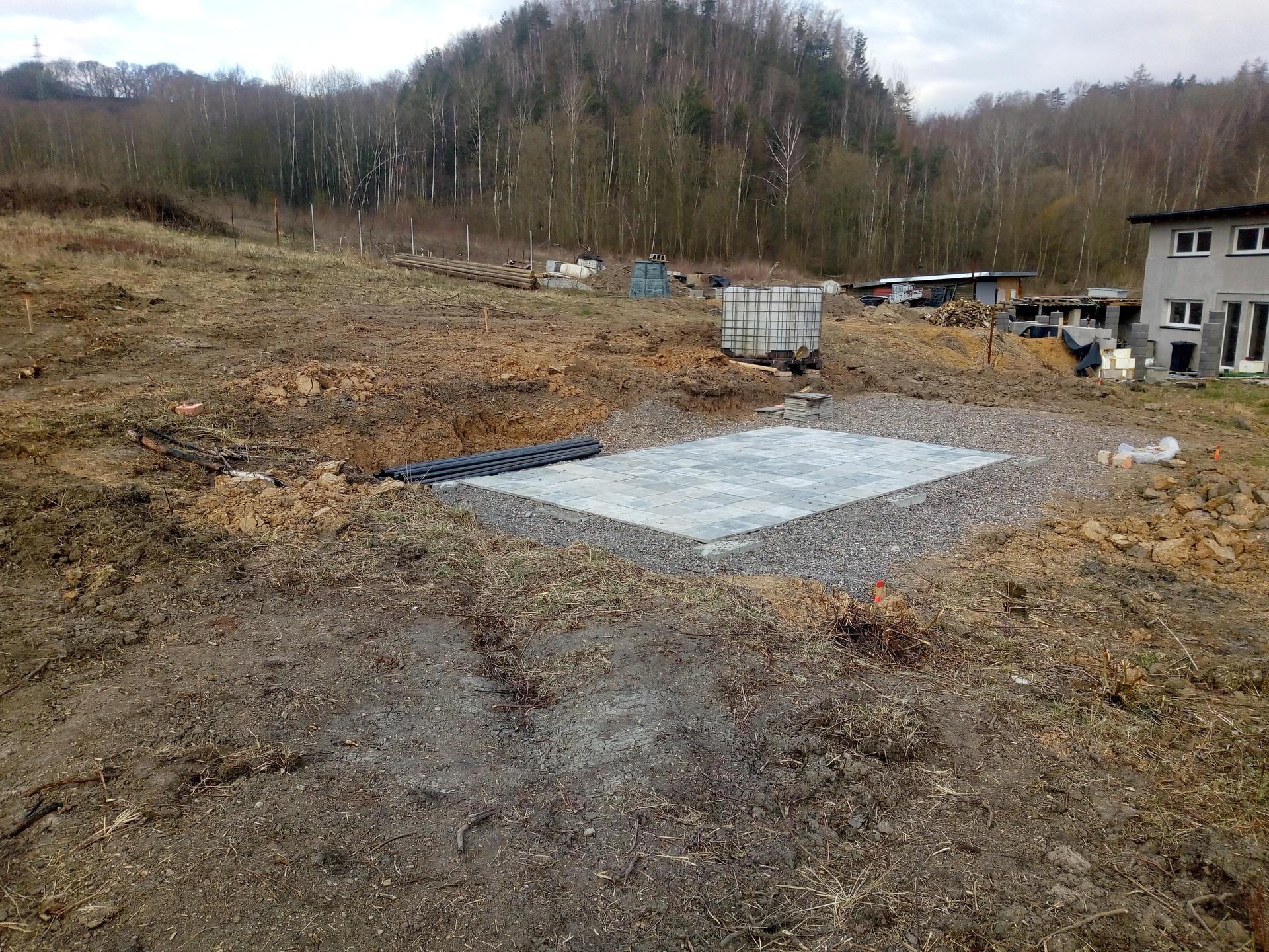 Příprava pozemku, bednění, základy, opěrka, bouda, plot