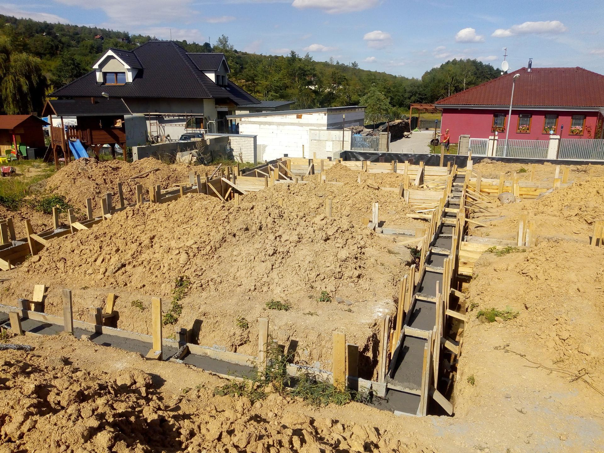 Příprava pozemku, bednění, základy, opěrka, bouda, plot - Obrázek č. 10