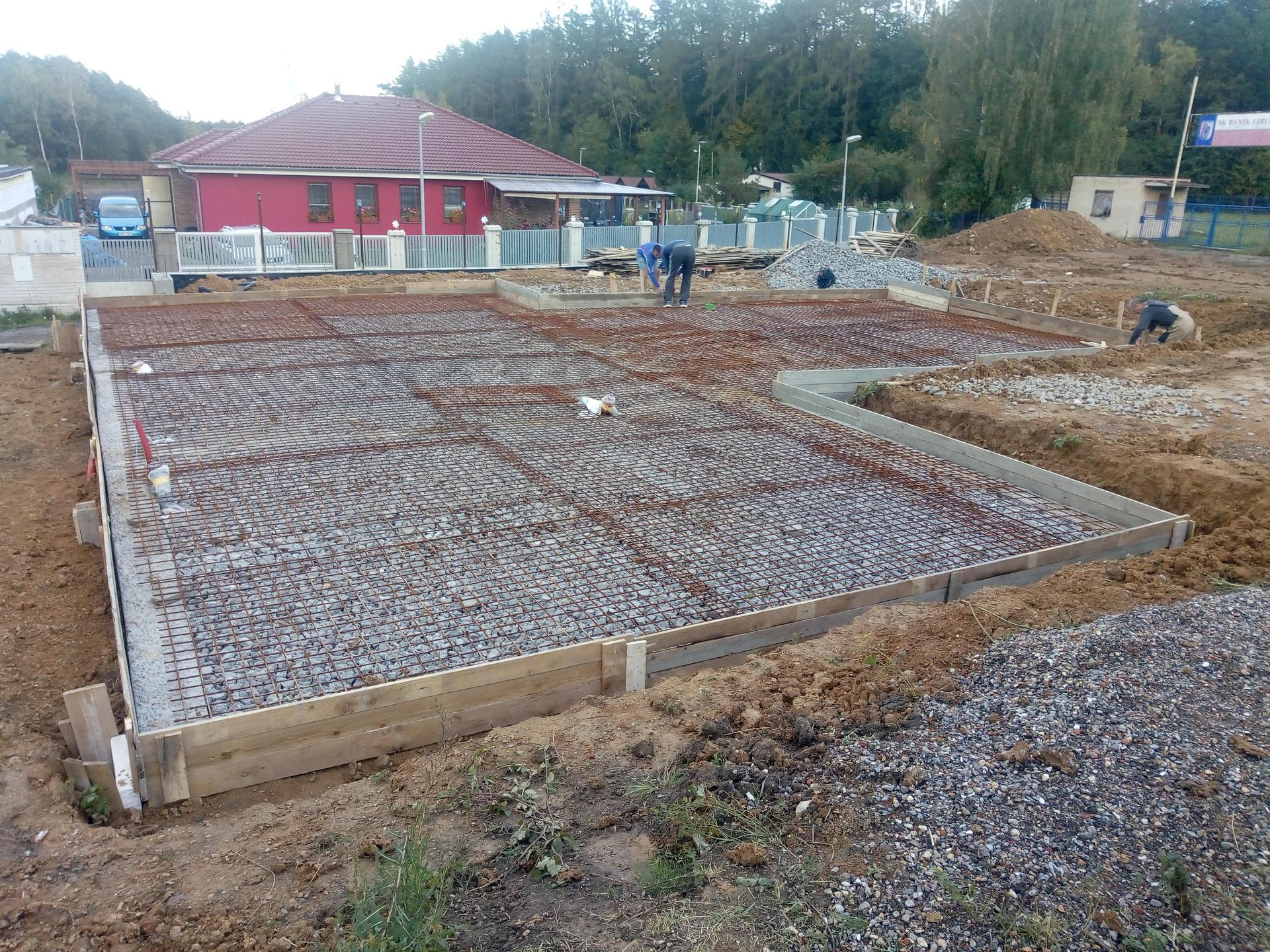 Příprava pozemku, bednění, základy, opěrka, bouda, plot - Obrázek č. 43