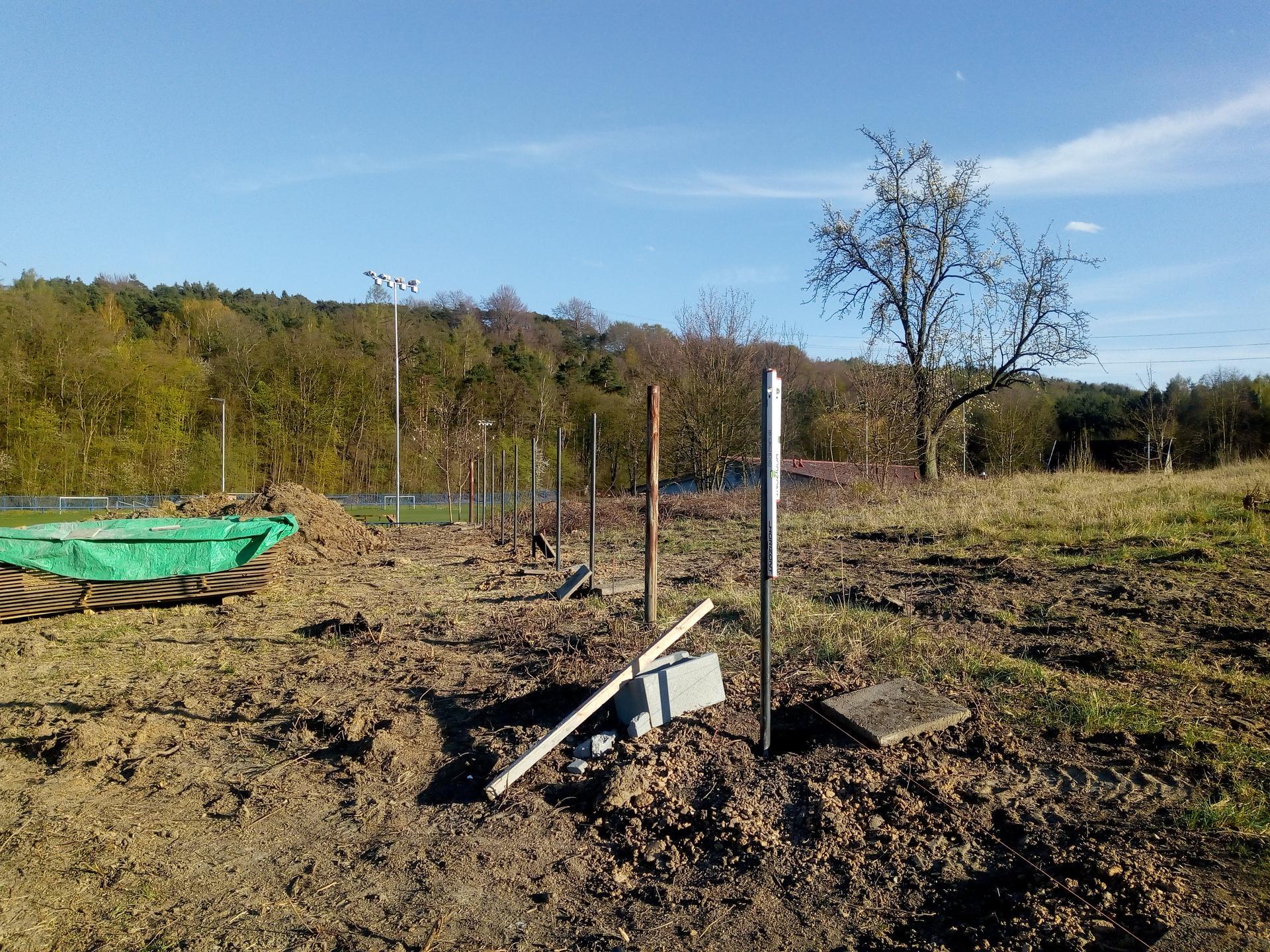 Příprava pozemku, bednění, základy, opěrka, bouda, plot - Obrázek č. 19