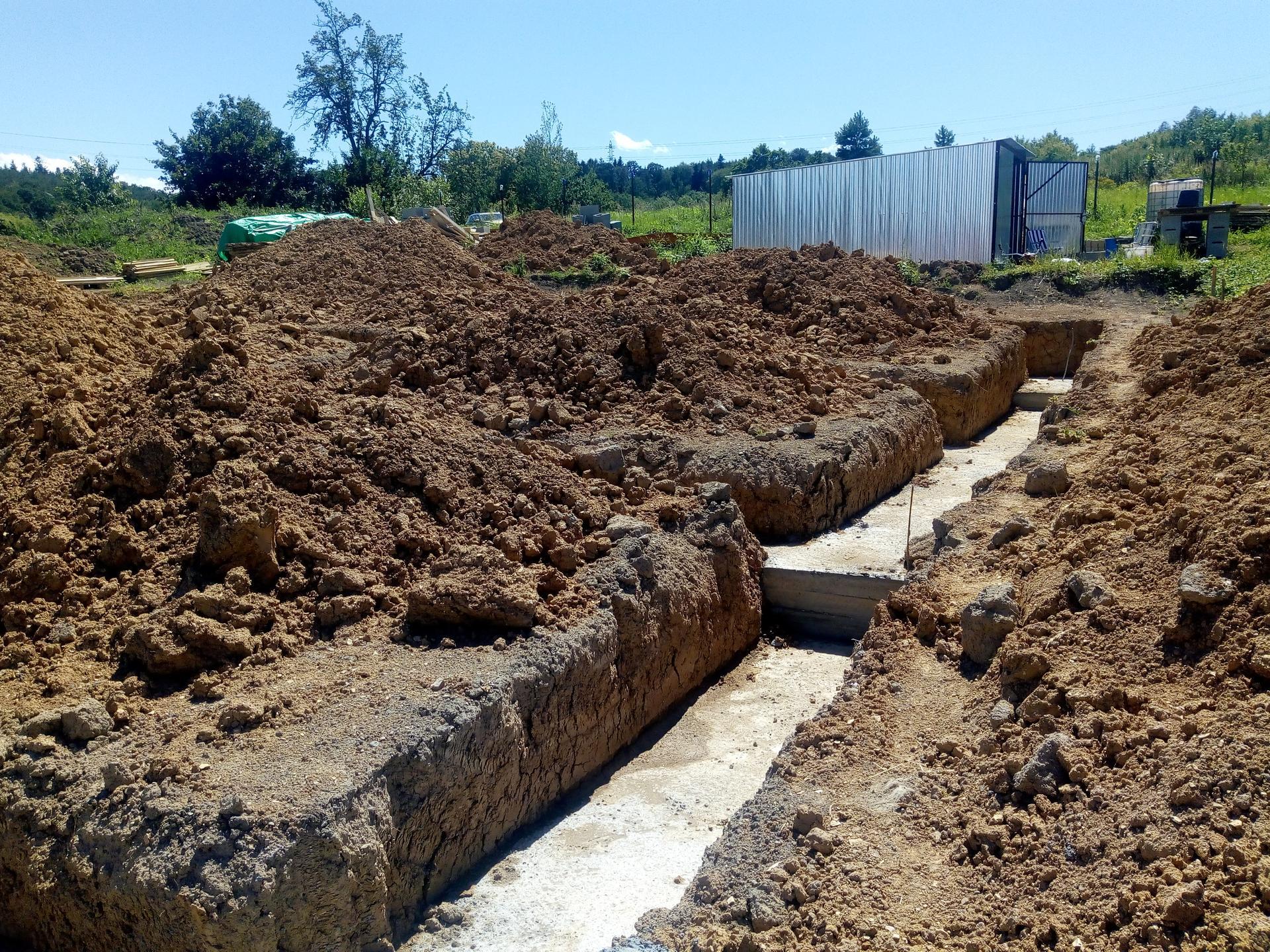 Příprava pozemku, bednění, základy, opěrka, bouda, plot - Obrázek č. 16