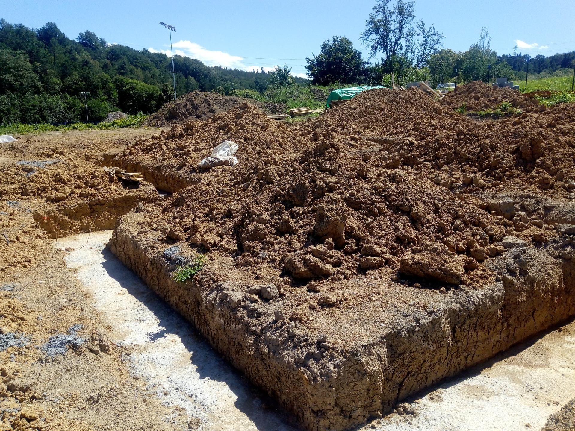 Příprava pozemku, bednění, základy, opěrka, bouda, plot - Obrázek č. 32