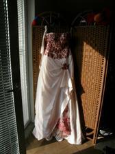 šaty, ozářené ranním sluncem