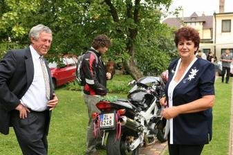 Teta Eva (tvůrce 8mi dortů) a streda Milan...u motorky Jirka se svatební motorkou...blokoval křižovatky, aby se nerozthala kolona