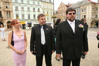 ženich se svědkem a kamarádka Miluška