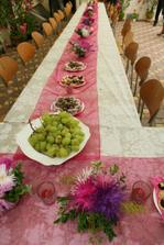 jeden ze stolů na zahradní párty