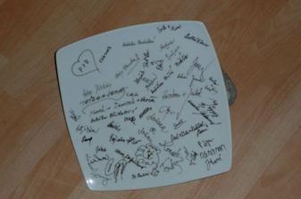 talíř s podpisy hostů